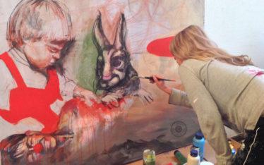 Anja malt ein Bild