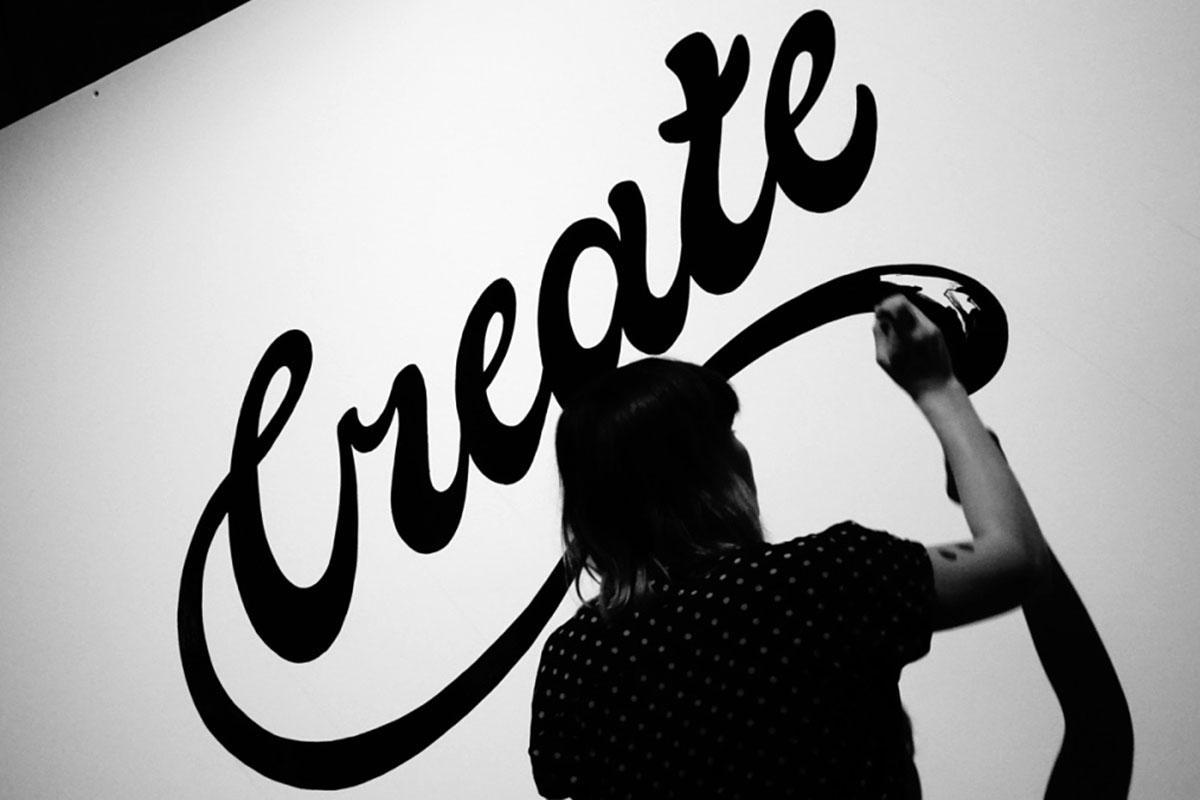 Rosa Kammermeier lettert beim Adobe #CreativeMeetup Berlin