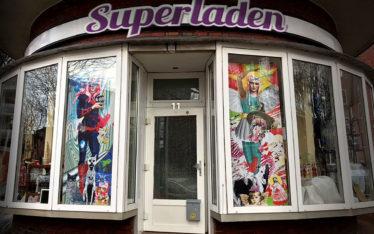 Foto Superladen mit Artwork im Schaufenster Illustration Anja Nolte
