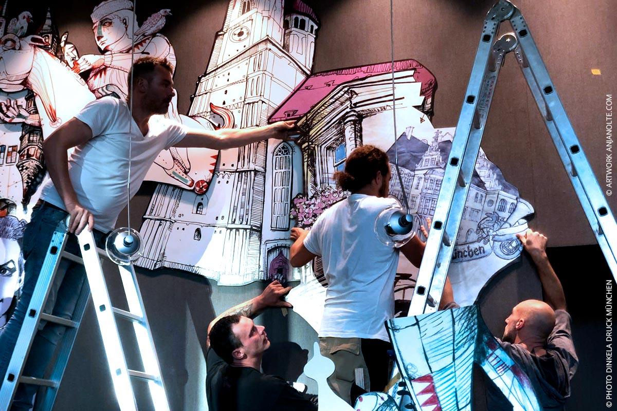 Dinkela Druck Team bei Montage der Artworks von Anja Nolte