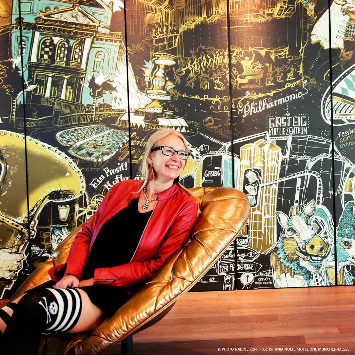 Foto der Künstlerin Anja Nolte vor der von ihr gestalteten Nigtlifewand im Mote One München Messe